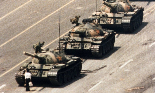 Celebre-image-devenue-symbole-repression-place-Tian-An-Men-jeune-homme-inconnu-colonne-chars-5-1989_0_730_438