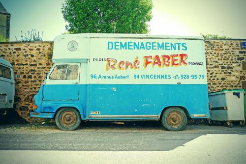 Camion_de_déménagement_à_Saint-Sauveur-en-Puisaye